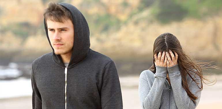 Femme qui redoute l'abandon dans son couple