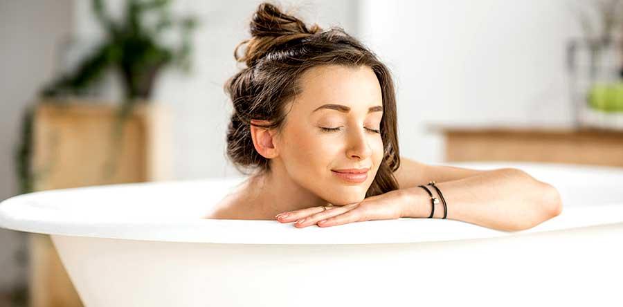Une femme qui prend soin d'elle dans son bain
