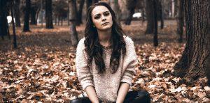 Femme triste qui souffre en amour