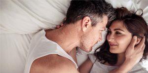 un couple amoureux au lit